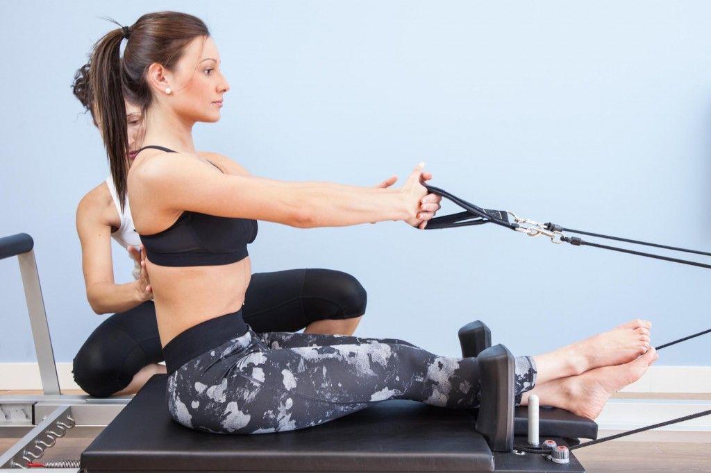 Ejercicio sentada en el reformer como parte del trabajo con pilates